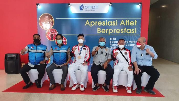 Rahmat Erwin Abdullah mendapat bonus setibanya di Kota Makassar. (Foto: Ist.)